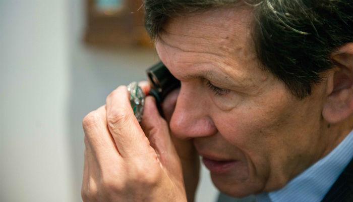 Jeweller Robert Ogden valuing an heirloom | Hiscox Cover Stories