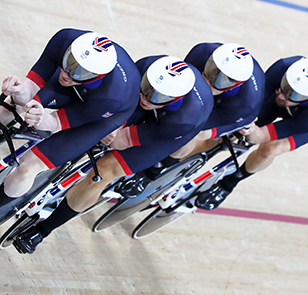 epa05478487 Bradley Wiggins (R) and teammates of Great Britain win the gold medal race in the Men's Team Pursuit finals of the Rio 2016 Olympic Games Track Cycling events at the Rio Olympic Velodrome in the Olympic Park in Rio de Janeiro, Brazil, 12 Augus